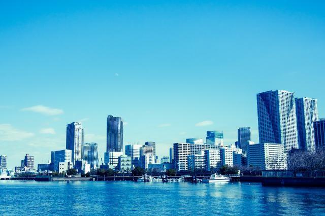 日本のマンションやビルの高さは、建築技術がある海外に比べて平均的に低いそうです。世界の国や主要都市では、自国の経済力を象徴するかの様な「超」高層建築物の高さ競争が行われており、カリファタワーは有名ですが、アジアでも日本よりずっと高い建物が建設されています。技術大国日本を持ってすれば世界各国に対抗できそうですが何か理由があるのでしょうか?